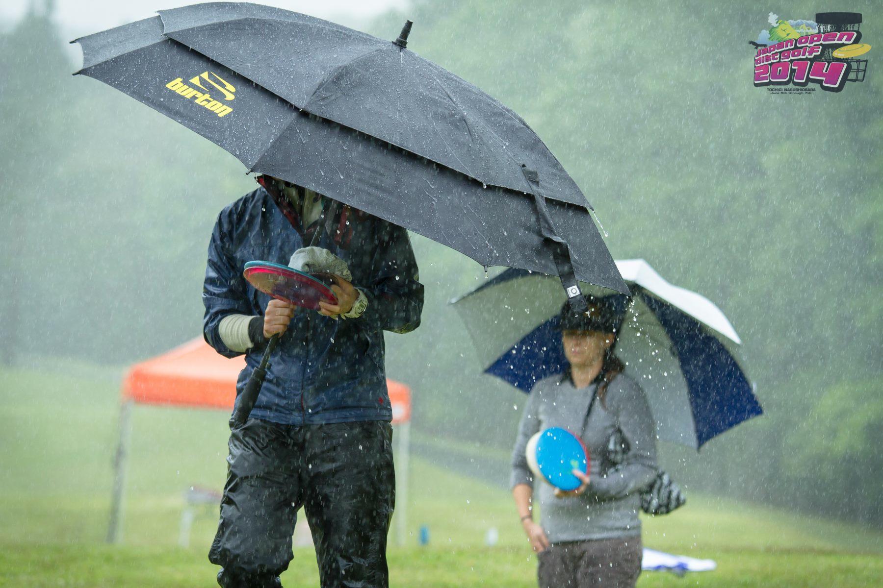 Perjantaina tuli vettä kuin aisaa. Kuva: Janne Lahtinen / Japan Open Disc Golf