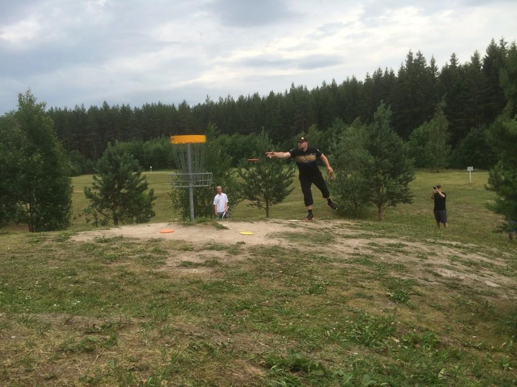 Kalle Savonen puttaa päätösväylällä boginsa sisään ja jatkaa sudariin.
