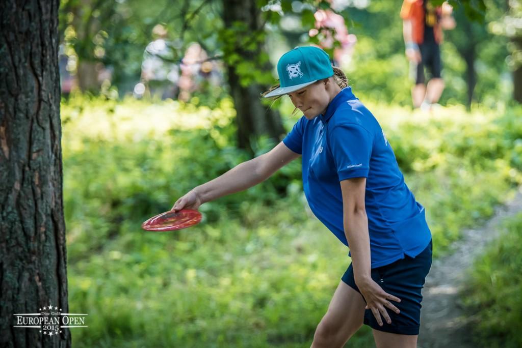 Henna Blomroos pelaa hienoa turnausta ja on viidentenä. Kuva: Innova Champion Europe