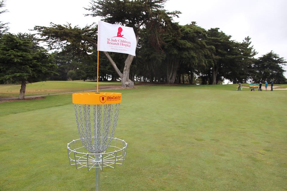 Frisbeegolfia pelattiin hienossa ympäristössä toukokuussa 2015 St. Jude -lastensairaalan varainhankintakisassa Kaliforniassa.