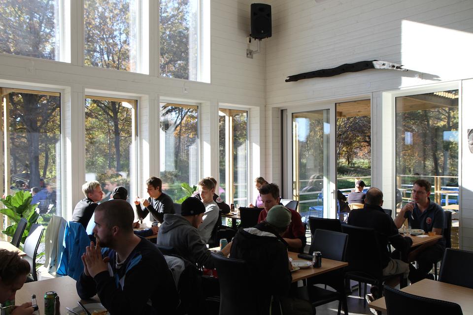 Tukholmassa Järva DiscGolfParkin klubitalossa on ravintola, kioski ja kiekkomyyntipiste.