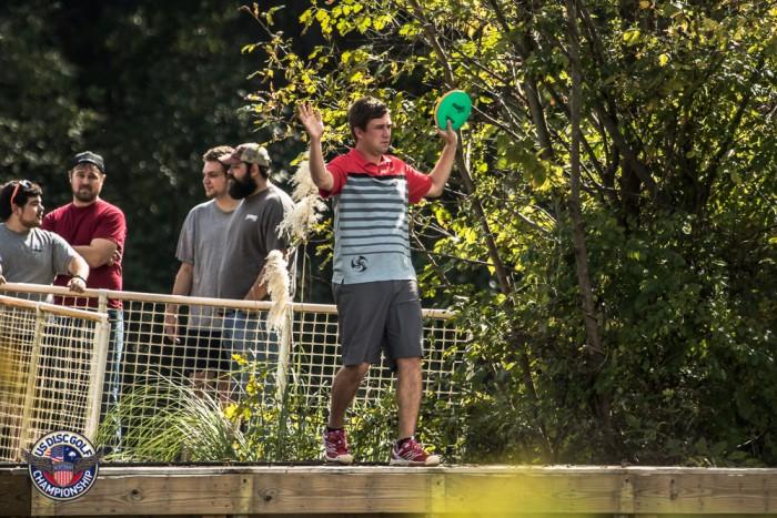 Nathan Sexton joutui nostamaan kädet pystyyn McBethin ja Wysockin edessä. Kuva: Spin18 Oy/USDGC