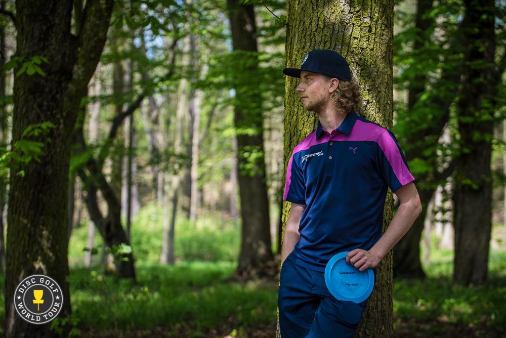 Seppo Paju jahtaa kärkeä neljän heiton päässä. Kuva: Eino Ansio / Disc Golf World Tour