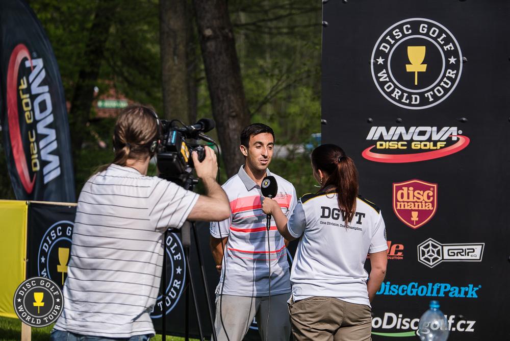 Paul McBeth sai kertoa avauskierroksen hole in onestaan toimittajajoukolle. Kuva: Eino Ansio / Disc Golf World Tour