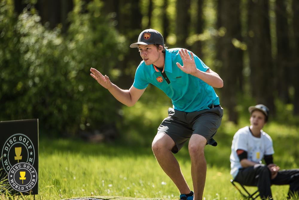 Simon Lizotten loppukiri laittoi muutkin kyykkyyn. Kuva: Eino Ansio / Disc Golf World Tour