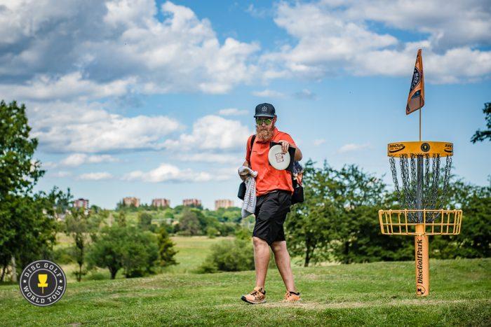 Zach Melton saattaa muutamalla väylällä hyötyä vasenkätisyydestään. Kuva: DGWT / Eino Ansio