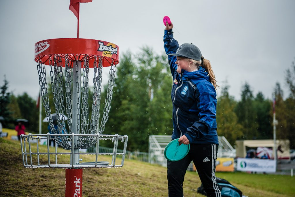 Vasta 17-vuotias Eveliina Salonen sai nostaa käden pystyyn Euroopan mestaruuden merkiksi. Kuva: Eino Ansio / Spin18