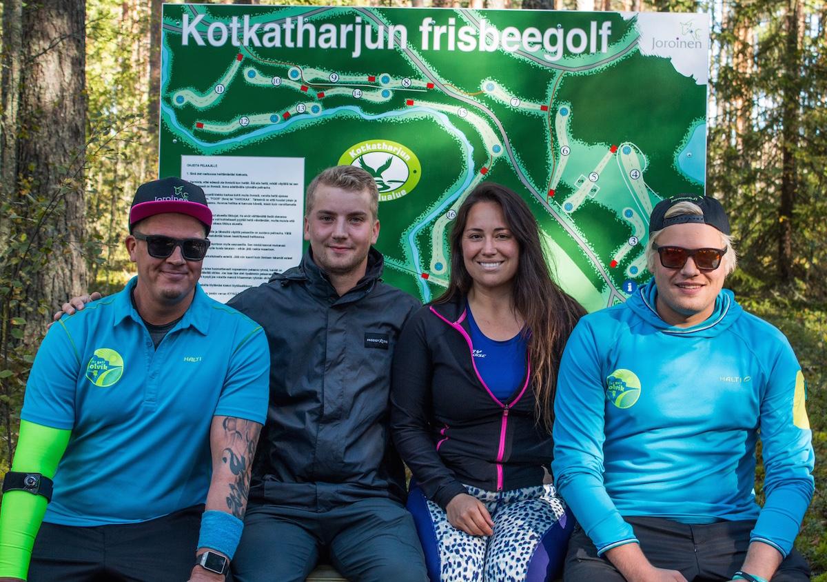 Avajaiskilpailussa nähtiin Seppo Paju, Vanessa Van Dyken, sekä Disc Golf Solvikin Janne Niskanen (vas.) ja Riku Johansson (oik.).