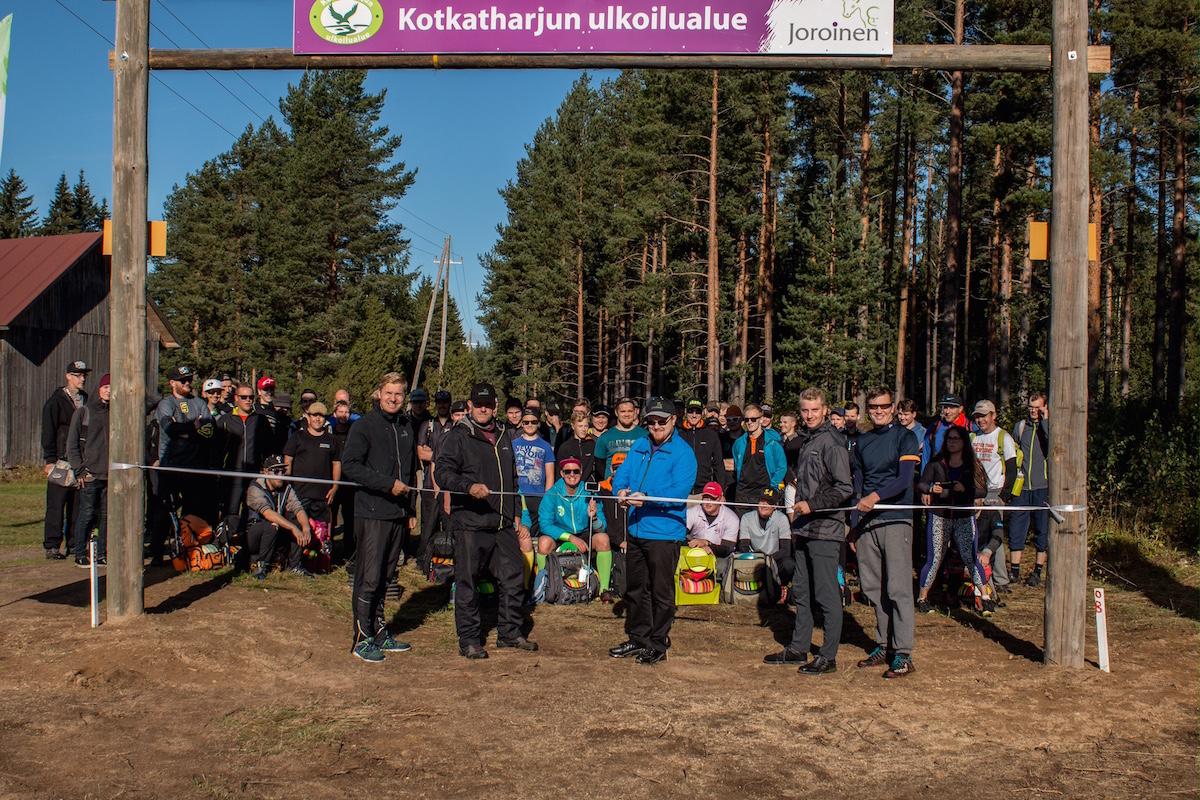 Kotkatharju frisbeegolfin radan vihki käyttöön kunnanjohtaja Joonas Hänninen.
