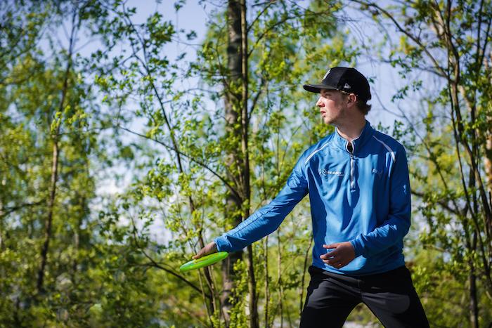 Seppo Paju osallistuu frisbeegolflinjan oppilaiden ohjaukseen. Kuva: Eino Ansio.