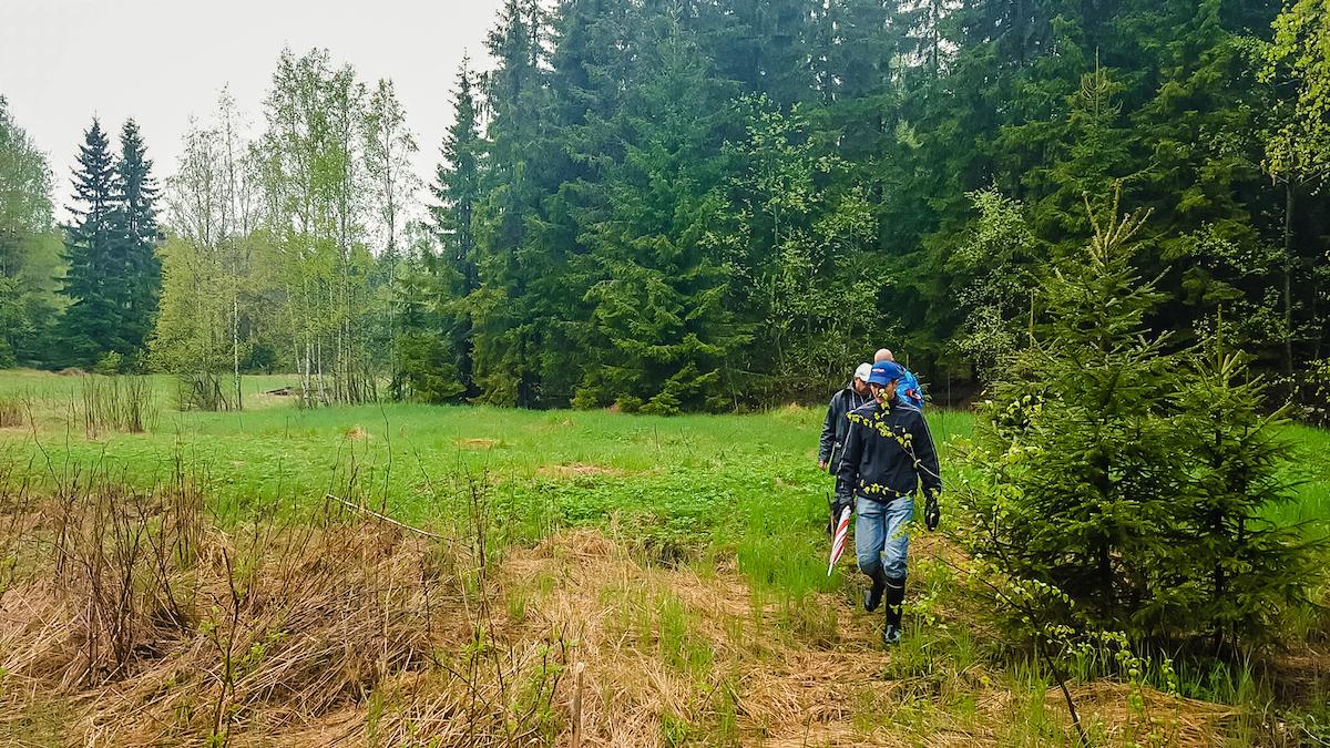 Tuleva rata sijoittuu vaihtelevalle alustalle. Kuvassa Tommi Vesala tutkimassa radan avoimempaa osiota. Kuva: Jussi Meresmaa.