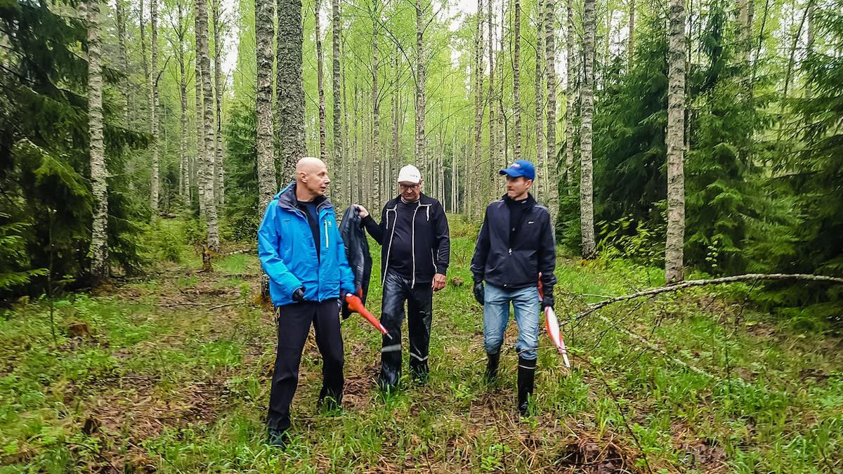 Mats ja Jonas Löf Tommi Vesalan kanssa Tampereen frisbeegolfkeskuksen maastoissa keväällä 2016. Kuva: Jussi Meresmaa.